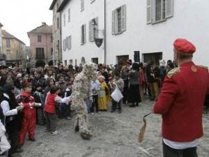Cortemilia : Carnevale: L'orso in mezzo ai bambini