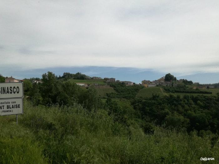 Il Paese di Cassinasco arrivando da Canelli