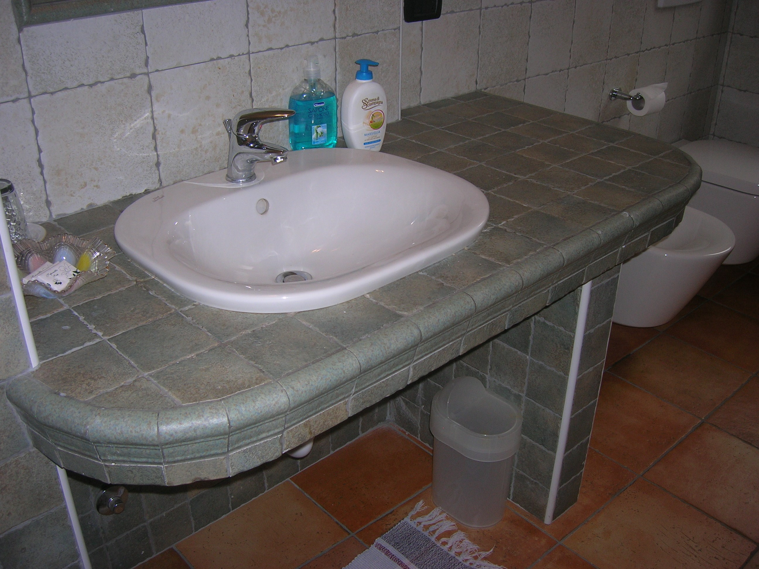Primo piano lavandino in ceramica bagno privato camera 3