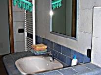 Primo piano lavandino in ceramica bagno grande camera 2 e 4