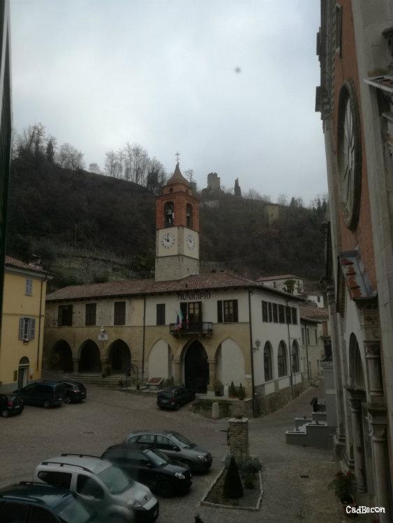 Centro storico di Vesime con in alto i ruderi del Castello